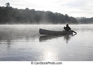 pêcheur, canoë-kayac, sur, a, brumeux, lac