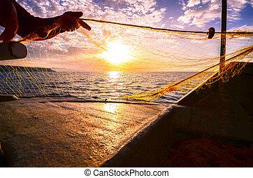 pêcheur, main, silhouette, lancement, filet pêche, à, coucher soleil, crète, grèce