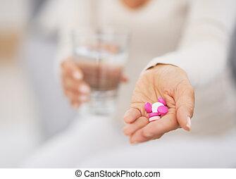 píldoras, mujer, primer plano, joven, mano