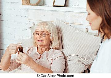 pílulas, mulher, Agradável, garrafa,  holdign, envelhecido