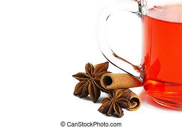 pół, czerwony, herbata, z, cynamonowe pałki, i, gwiazda anyż, na białym, tło