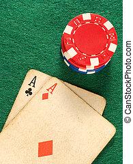 póker, chips., viejo, colorido, dos, ases, tarjeta