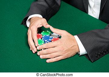 póker, jugador, pasar el rastrillo, un, grande, pila, de, pedacitos del póker