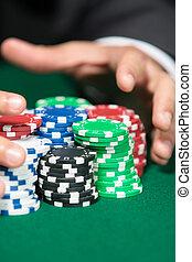 póker, jugador, pasar el rastrillo, un, grande, pila de virutas