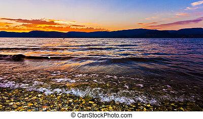 pôr do sol, de, costa, de, panorâmico, lago montanha, em, verão