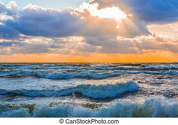 pôr do sol, em, a, céu nublado, sobre, a, mar tempestuoso