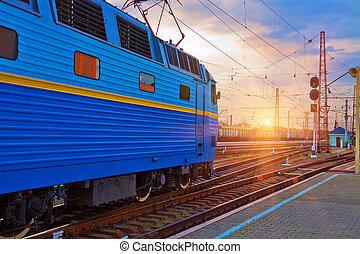 pôr do sol, em, a, estação de comboios