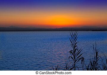 pôr do sol, em, albufera, lago, valença