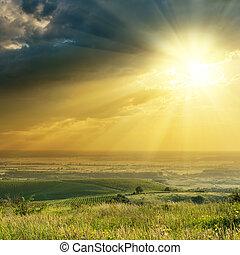 pôr do sol, em, céu dramático, sobre, colinas, com, vinhedo