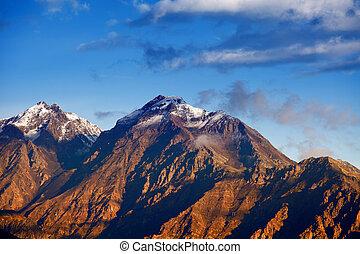pôr do sol, em, montanhas