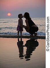 pôr do sol, filha, praia, mãe