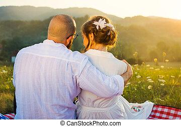pôr do sol, par, piquenique, abraçando, vista