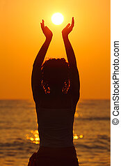 pôr do sol, segurando, sol, bonito, praia, mulher, observar ...