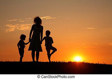 pôr do sol, silueta, crianças, mãe