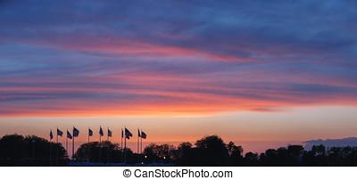 pôr do sol, sobre, a, bandeira, praça, novo, jersey., panorâmico, vista.