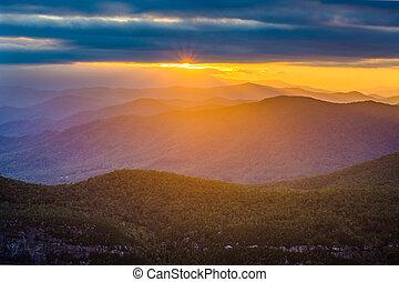 pôr do sol, sobre, a, montanhas azuis aresta, de, tabela,...