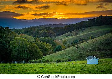 pôr do sol, sobre, colinas rolantes, e, fazenda, campos, em,...