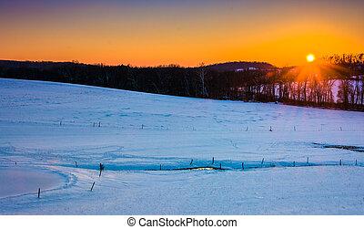 pôr do sol, sobre, neva-coberto, fazenda, campos, em, rural, york, município, pennsylvania.