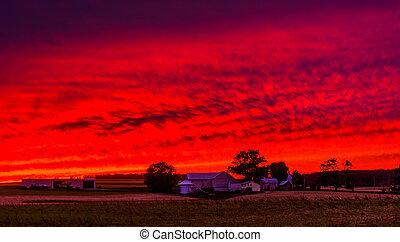 pôr do sol, sobre, um, fazenda, em, rural, york, município, pennsylvania.