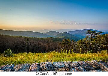 pôr do sol, vista, de, a, montanhas azuis aresta, em, parque nacional shenandoah, virginia.