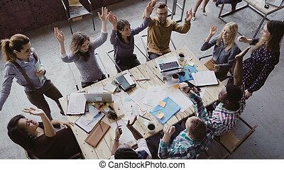 põe, grupo, trabalhando, pessoas negócio, escritório., topo, jovem, junto, trendy, raça, palma, equipe, misturado, vista, centre., sótão