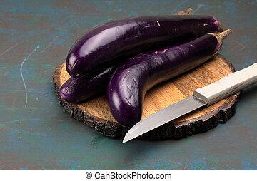 púrpura, o, brinjal., chino, largo, contenedor, berenjenas