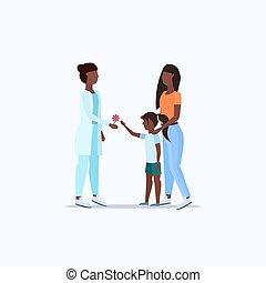 płaski, mały, pojęcie, córka, doktor, udzielanie, odwiedzając, amerykanka, długość, pełny, pediatra, afrykanin, macierz, healthcare, konsultacja, dziewczyna, lizak