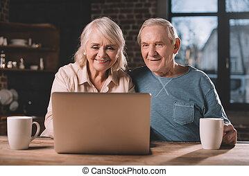 představený kuplovat, pouití počítač na klín, doma