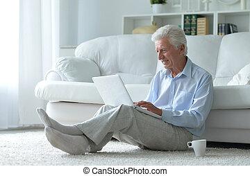 představený voják, doma, s, počítač na klín