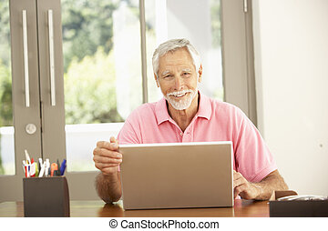 představený voják, pouití počítač na klín, doma