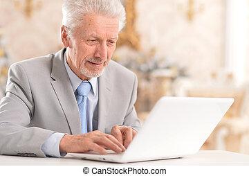 představený voják, pouití počítač na klín