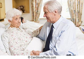 představený voják, sedění, s, jeho, manželka, do, nemocnice
