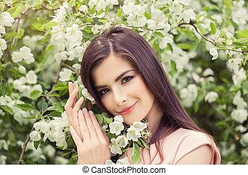 překrásný, úsměv eny, s, květiny, venku, dále, květinový, grafické pozadí