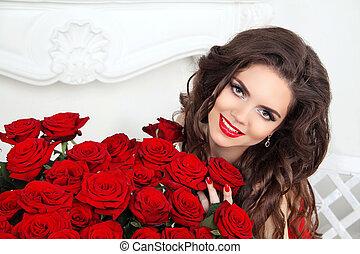 překrásný, úsměv eny, s, makeup, červené šaty vstával, kytice, o, květ