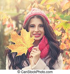 překrásný, úsměv eny, s, podělanost list, venku, closeup, portrét