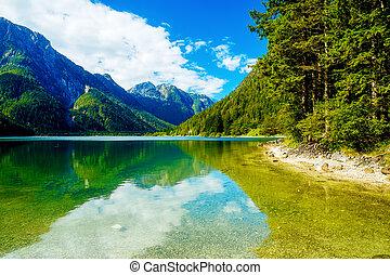 překrásný, hromada čeho krajina, jezero, grafické pozadí.