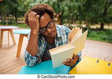 přemýšlivý, afričan young voják, čítanka, venku