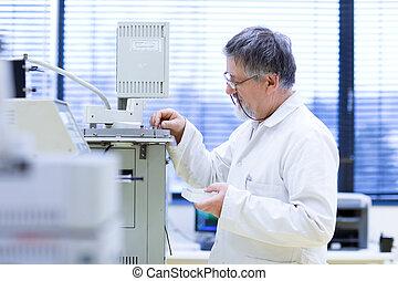 paßte, image), wissenschaftlich, forscher, (shallow, labor, forschung, farbe, dof;, tragen, älterer mann, heraus
