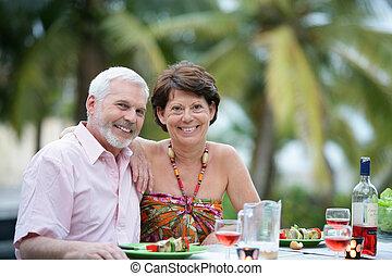 paar, älter, essen draußen