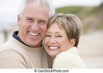 paar, aan het strand, het glimlachen