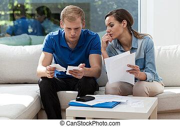 paar, analyzing, onbetaald, rekeningen