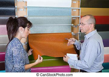 paar, anschauen, linoleum, fussboden, in, inneneinrichtung, kaufmannsladen