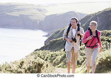 paar, auf, cliffside, draußen, gehen, und, lächeln