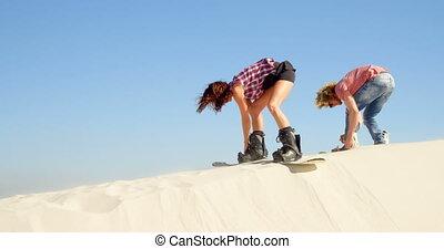 paar, befestigen, der, sand, bretter, zu, der, stiefeln, 4k