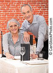 paar, bejaarden, restaurant