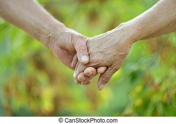 paar, bejaarden, vasthouden