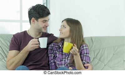 paar, beschouwende elkaar, terwijl, zittende , op, een, sofa, met, koppen