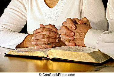 paar, biddend, met, heilige bijbel