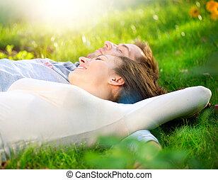 paar, buiten, gras, jonge, het liggen