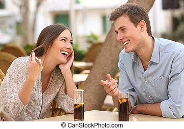 paar, datering, en, flirten, in, een, restaurant